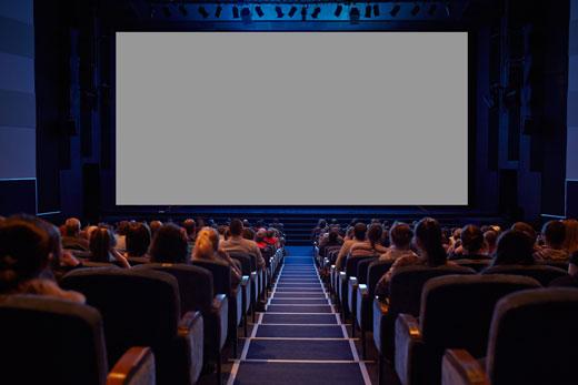 映画館で映画を楽しむ